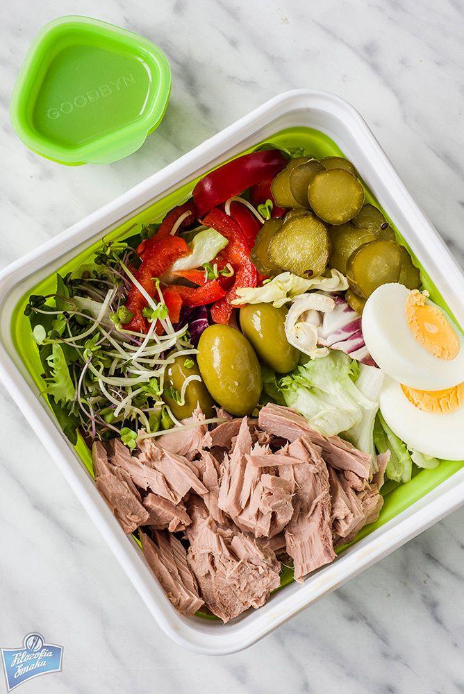 Miks sałat, tuńczyk, jajko, oliwki, papryka, kiełki, ogórek kiszony; dressing: ocet balsamiczny, musztarda, oregano.