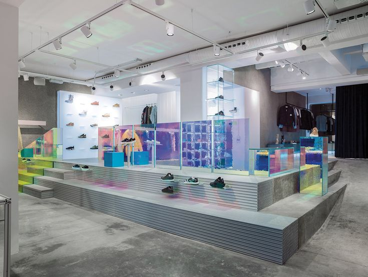 En pleno barrio de Malasaña, Antoni Pallejá Office transforma un taller mecánico en una sofisticada tienda de zapatillas deportivas de diseño.  http://diariodesign.com/2018/02/zapatillas-deportivas-sivasdescalzo-madrid/?utm_source=feedburner&utm_medium=email&utm_campaign=Feed%3A+DiarioDesign+%28Diario+Design%29