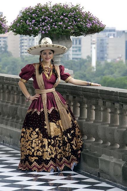 Sitio: Castillo de Chapultepec, Ciudad de México. Modelo: Laura del Bosque. Vestido de ranchera bordado en hilo de oro.