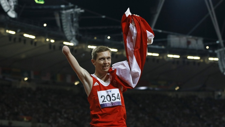 Austrias Gunther Matzinger celebrates winning gold in the mens 800-meter T46 final at the 2012 Paralympics, Saturday, Sept. 8, 2012, in London. (Foto:Kirsty Wigglesworth/AP/dapd): Mens 800 Meter, 2012 Paralympics, Matzinger Celebrates, 800 Meter T46, Austrias Gunther, T46 Final, Gunther Matzinger