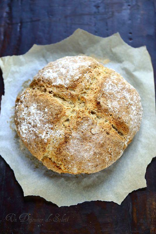 <3 Irish soda bread, pain irlandais express. On peut varier les farines. Suppléments selon les goûts : graines (lin, sésame, courge, tournesol, pavot…), raisins sec, noix, etc. J'ai utilisé 50 cl de kéfir, ça marche très bien aussi.