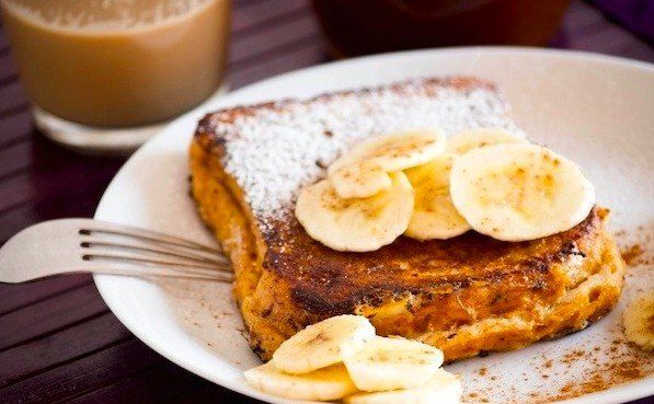 Французский завтрак за 15 минут  Ингредиенты на 3 порции:  Белый хлеб — 3 куска Молоко — 1/2 стакана Бананы — 1/2 шт. Кардамон — 1 шт.  Приготовление:  1. Молоко, кардамон и мякоть банана смешать в блендере. 2. Кусочки хлеба или булки обмакнуть в получившуюся смесь с обеих сторон и запечь в духовке.  Приятного аппетита!