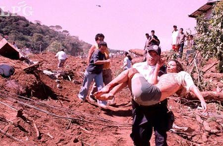 """El mayor impacto del sismo se dio en la Colonia """"Las Colinas"""" de Santa Tecla donde un alud de 150 mil metros cúbicos de tierra se desprendió de la Cordillera del Bálsamo, sepultando cerca de 200 casas y con ellas muchas personas. Por la envergadura de lo ocurrido, esa zona se convirtió en el principal símbolo del llamado """"sábado negro"""". FOTO LPG/ ARCHIVO"""