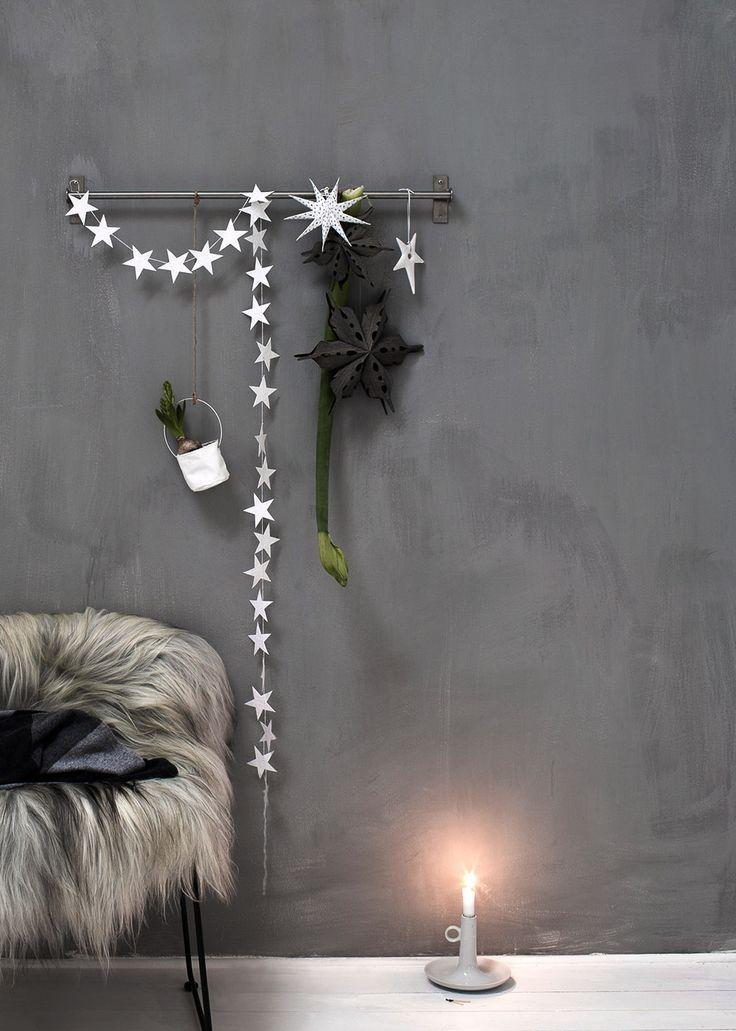 Dekoracyjna girlanda ze ślicznych i delikatnych gwiazdek w kolorze czarnym, połączonych ze sobą białym bardzo mocnym sznureczkiem. Powieszona w oknie, przy ścianie albo po prostu położona na stole wygląda