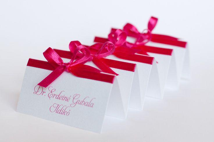 Pink esküvői ültetőkártya, szalagos ültetőkártya - pink wedding place cards