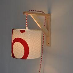 Lampe équerre - applique murale - abat-jour en voile de bateau - marquage rouge - fil électrique en tissu rouge et blanc - lampe