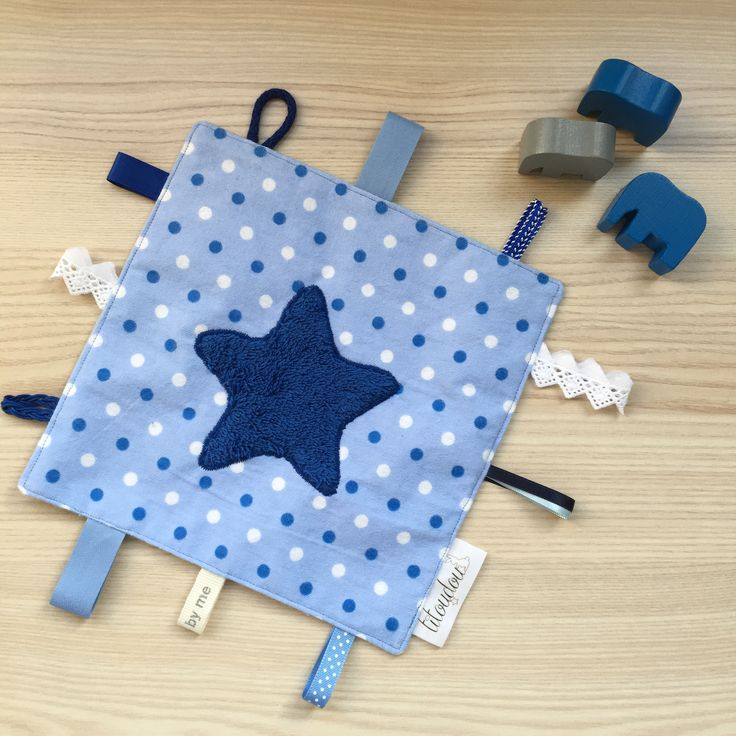 Doudou étiquette bleu, un côté doux, idée cadeau naissance pour garçon