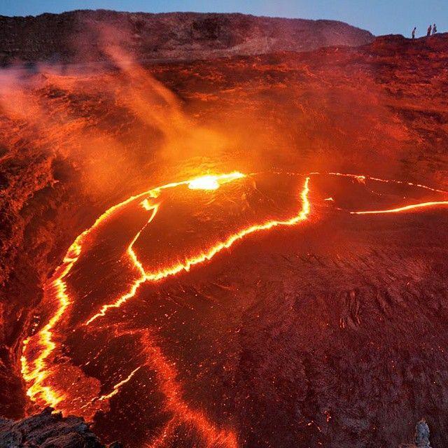 In #Etiopia esiste un #lago insolito. All'interno del cratere del vulcano Erta Ale gorgoglia #lava incandescente a 1.200 gradi. Questo fenomeno non è frutto di una recente eruzione ma è permanente. A causa dell'emissione continua di caldissimi gas sotterranei, infatti, il magma non si solidifica (come avviene per altri vulcani), rimanendo allo stato liquido per diversi anni.
