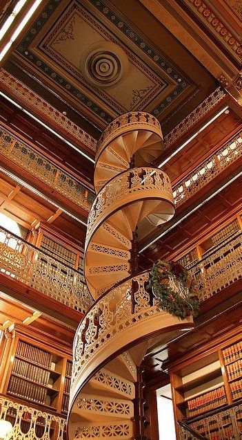 Spiral staircase at the State Capitol Law Library in Des Moines, Iowa / escaliers / luxe / décoration / intérieur / bibliothèque
