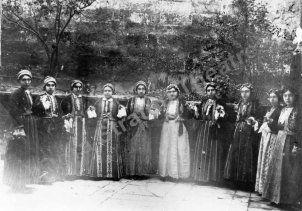Κορίτσια από τη Σινασό με παραδοσιακή φορεσιά. http://asiaminor.ehw.gr/