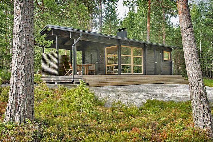 Tämä saunatupa on pieni helmi Sipoon metsässä. Talo on variaatio linjakkaiden talojen mallista Tervapääsky.