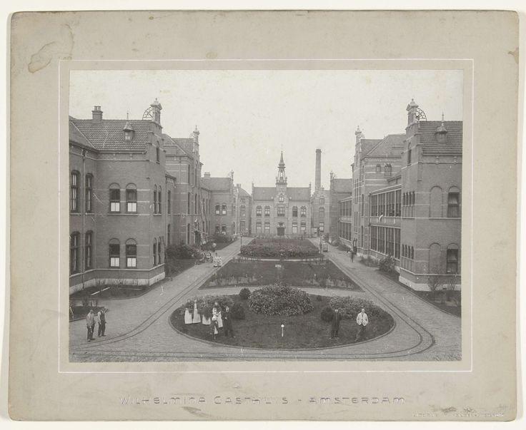 W. Keijser | Binnenplaats van het Wilhelmina Gasthuis in Amsterdam Oud West, W. Keijser, 1880 - 1920 |