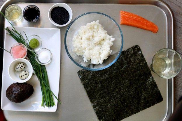 OS INGREDIENTES Para uns vinte sushi balls: 250 g de arroz para sushi 50 ml de vinagre de arroz 1 colher (de sopa) rasa de açúcar 1 abacate bem maduro 4 ovos de codorna Grãos de gergelim preto ½ molho de cebolinha  75 g de salmão cru (aproximadamente) Molho de soja Wasabi1 folha de alga Nori