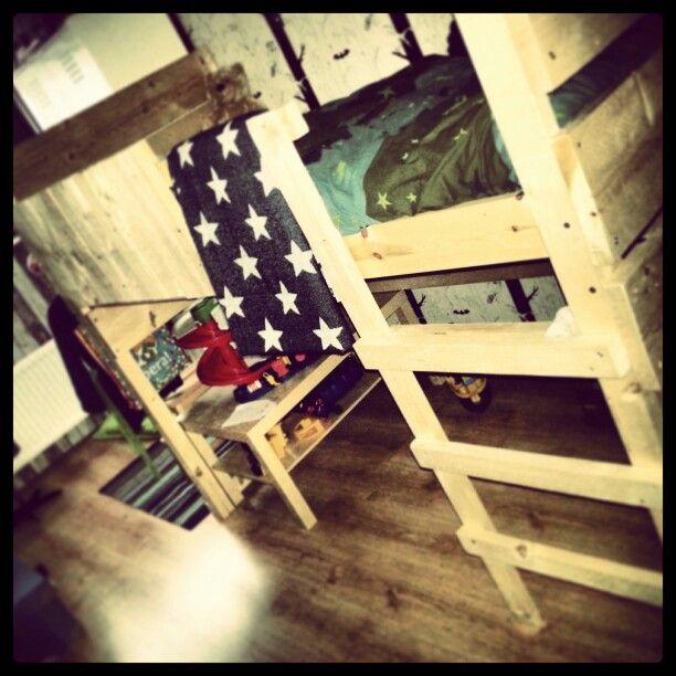 Zelfgemaakte hoogslaper steigerhout