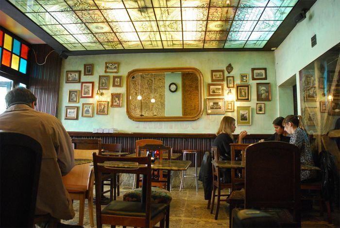 Em pleno Chiado, o café Vertigo tem aquele charme dos cafés de meados do século passado. Uma decoração linda, um ar acolhedor, um glamour...