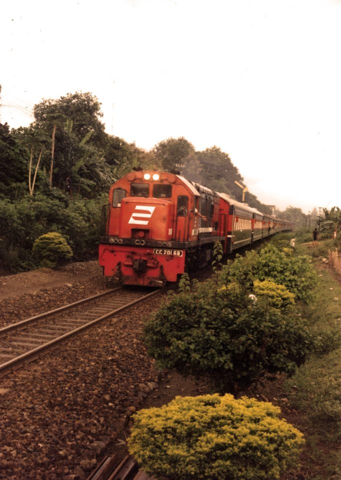 Gaya Baru Malam Selatan entering Solo Jebres station hauled by CC 201 68.  collection of https://www.facebook.com/indra.krishnamurti