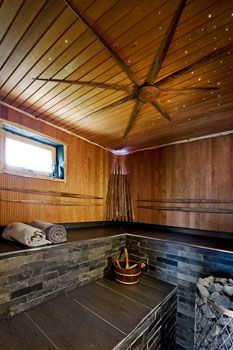 Saunan lauteiden selkänojat tehtiin vedellä ja juuriharjalla pestyistä, mutta muuten käsittelemättömistä heinäseipäistä.