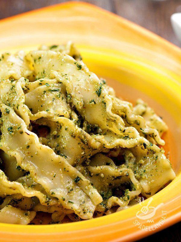 Reginette al pesto di erba cipollina: una ricetta arricchita anche dalle mandorle, che vi permette di portare in tavola un pesto saporito e croccante.