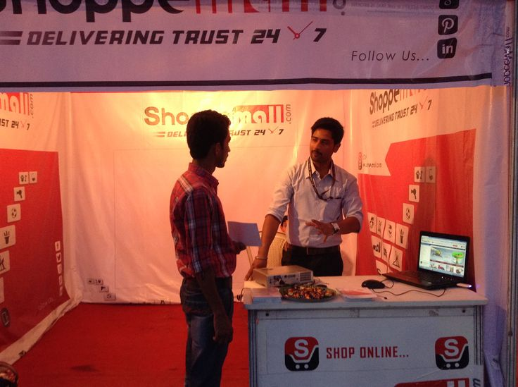 Shoppemall's Marketing and Merchandizing expart explaining about shoppemall's policies to a visitor. #DeliveringTrust #OnlineShopping