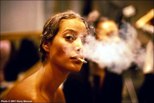 Modella fuma una sigaretta prima di salire in passerella