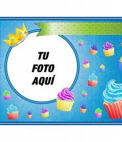 Postal de cumpleaños con cupcakes de colores y una corona dorada en un marco redondo donde colocar una imagen y añadir texto. http://www.fotoefectos.com