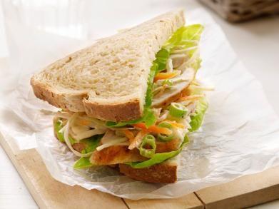 Sandwich met kip en koolsalade