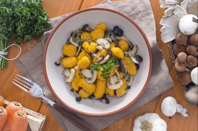 I gnocchetti di carote sono un primo piatto di facile realizzazione: un impasto di carote,  uova e farina condito con funghi saltati in padella.