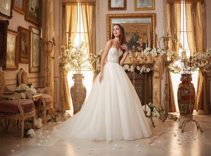 Wysadzany kryształkami, błyszczący gorset i piękna tiulowa spódnica ,czyli suknia ślubna Mori Lee. Efektowny gorset o kształcie serca, subtelne ramiączka …