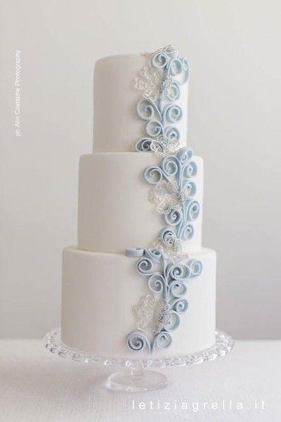 torta matrimonio con decorazioni quilling azzurre. blue and white wedding cake #wedding