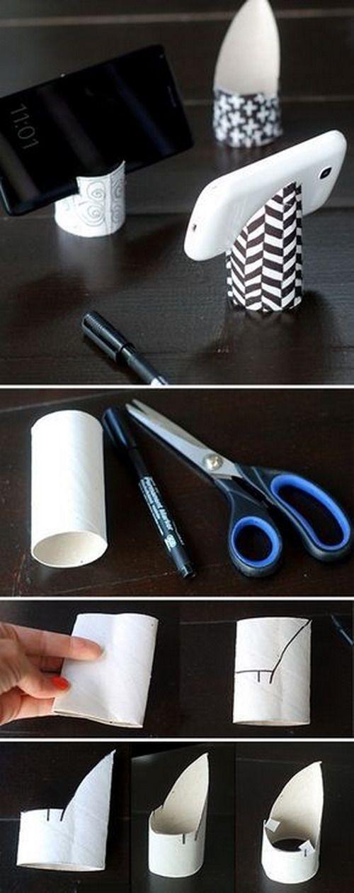 Un DIY muy sencillo hecho con un simple rollo de papel higiénico. Ideal para hacer con niños. http://krokotak.com/2016/07/how-to-make-phone-holder-from-toilet-paper-rolls/