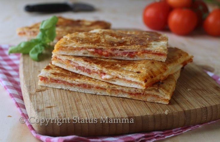 Facile veloce come preparare la pizza con pasta sfoglia ripiena in pochi e semplici passaggi.