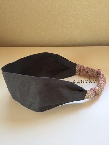 リネン素材のシンプルなヘアバンド。太目のデザインです。 ゴムの部分に花柄を使っているのがおしゃれですね。