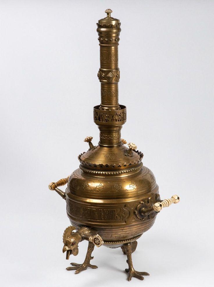 Дизайн от Виктора Васнецова. Самовар-петух был придуман им для Всемирной выставки в Вене в 1873 году. Получил золотую медаль. Слава Богу, дожил до наших дней, был отреставрирован и благополучно живет в Русском музее.