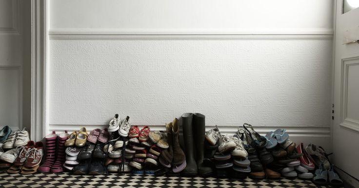 Cómo hacer un organizador de zapatos para colocar debajo de la cama. Una gran colección de zapatos puede convertirse ser un desastre en la parte inferior de tu armario. Incluso un organizador de zapatos adecuado, puede ocupar mucho del espacio que necesitas en guardarropa. Aprovecha el espacio debajo de la cama y el uso de recipientes de almacenamiento de bajo perfil para mantener tus zapatos organizados y al ...