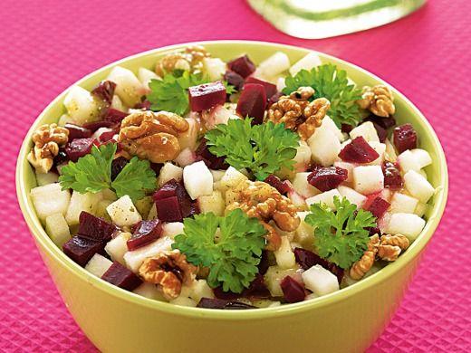 Salát z celeru, červené řepy a s jablkem 2 kusy vajíčka uvařená natvrdo  3 lžíce voda  3 lžíce olivový olej  3 kusy mladé celery  2 kusy červená řepa  1 kus jablko  1 lžíce posekané vlašské ořechy  2 lžíce posekaná nať petržele  3 kusy list salátu  1 balení Knorr Salad Dressing Italský