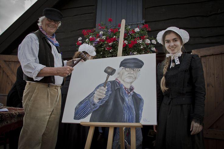 """Een """"Ad Guldie"""" geveild.   Barneveld – 9 augustus 2012 Een """"Ad Guldie"""" geveild. Tijdens het Boeren Erfhuis is vanmiddag wel een heel bijzonder schilderij geveild. Namelijk een portret van de veilingmeester Ad Guldie, gemaakt door Elles Wilms.  http://johanvanomme.nl/john-guide/een-ad-guildie-geveild/"""