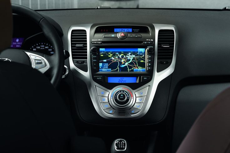 W zasięgu ręki kierowcy, w stylowym heksagonalnym panelu środkowym umieszczono inteligentną  technologię: system audio składa się z radia, odtwarzacza płyt kompaktowych, gniazd USB i AUX do których można podłączyć odtwarzacz plików MP3 czy dostarczany na życzenie kabel, dający dostęp do zbiorów muzycznych w odtwarzaczu iPod. Z kolei wysokiej jakości materiały wykończenia, sprawią, że każda przejażdżka stanie się przyjemnością.