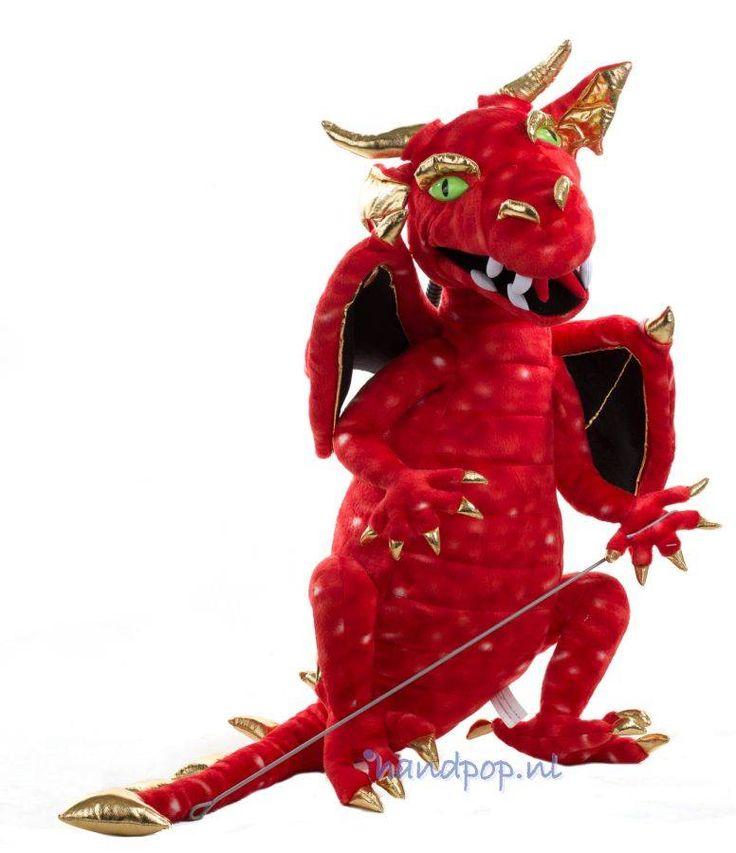 Deze grote rode draak is een imposante handpop, hij is 65 cm excl. en 100 cm incl. staart. Hij wordt bespeeld met een armstok en is van The Puppet Company