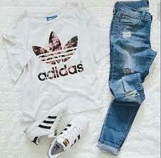 Holographic Adidas, Cute Clothes, Summer Clothes, Everyday Outfits, Adidas  Outfit, Pants Outfit, Adidas Shoes, Casual Outfits, Hipster Outfits