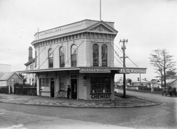 Bill ✔️  Royal Oak Roundabout, Auckland, 1910.    Bill Gibson-Patmore.  (curation & caption: @BillGP). Bill✔️