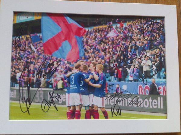 Signerte bilder av spillere auksjoneres ut til inntekt for klubben
