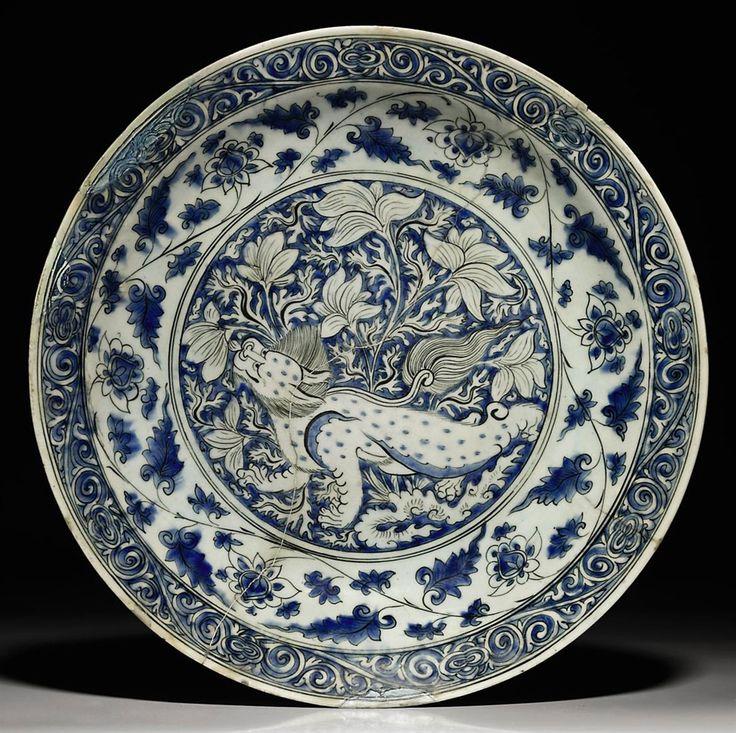 A LARGE SAFAVID SOFT PASTE PORCELAIN DISH - IRAN, 17TH CENTURY
