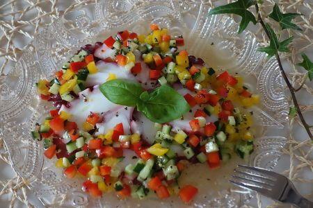 赤、黄色のパプリカ、きゅうりを使った、彩り鮮やかな、簡単マリネです。スライスしてある生食用のタコを使うので、時間もかかりません。