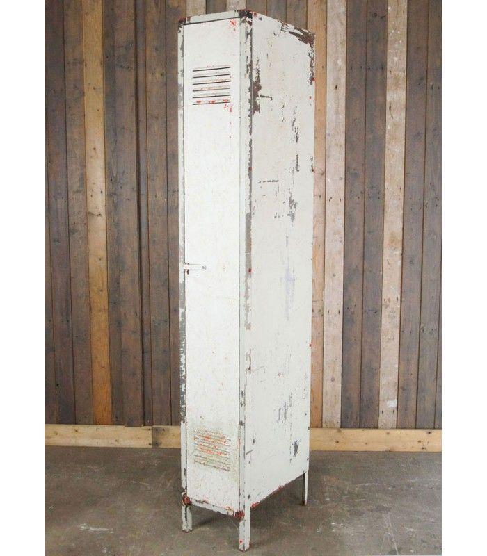 Prachtig voor in een industrieel interieur, deze oude metalen locker uit Frankrijk! Bijzonder is dat hij slechts één deur heeft en zowel bovenin als onderin zit een ventilatierooster. Hij is in brocante staat en hier en daar is rode verf en roest te zien. Aan de linker zijkant is de verf helemaal verdwenen. B