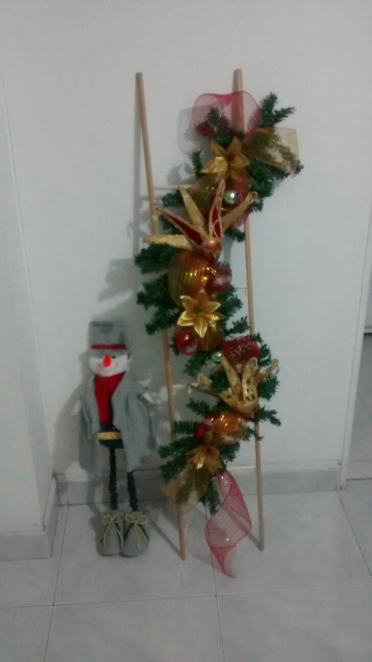 Navidad, entrada, guirnalda, escalera, rojo y dorado, DIY, manualidades.