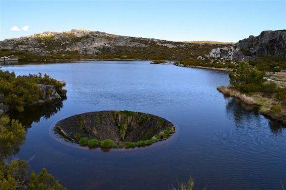 Óriási lyuk tátong a tó közepén, de ami benne van, az még elképesztőbb - Képek! | femina.hu