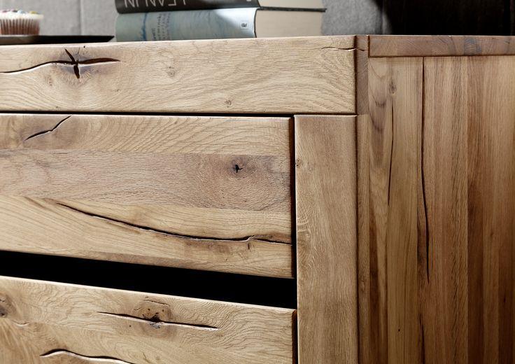 Detail eines Sideboards der Reihe VILLANDERS. Gefertigt aus Wildeichenholz mit Wuchsrissen, eingerieben mit natürlichen Ölen. Ein Möbelstück in modernen Design für stilvolles Ambiente.  #möbel #möbelstücke #wohnzimmer  #eiche #holz #echtholz #massivholz #wood #wooddesign #woodwork #interior #design #home #decor #einrichtung #furniture #storage #livingroom #livingroomideas #einrichtung #furniture #ideas #sideboard #sideboards #schrank #schraenke #esszimmer #massivmoebel24