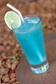 RECEITA DE LAGOA AZUL ingredientes: - 2/4 de vodca - 1/4 de Blue Curaçau - 1/4 de suco de limão - Soda limonada - Gelo - Copo '' long drin...