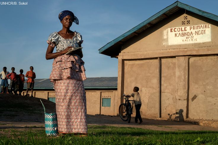 """Per aiutare gli sfollati del campo Lukwangulo a diventare più auto sufficienti, l'UNHCR ha distribuito strumenti agricoli per coltivare la terra.   Agnes Ntambwe, insegnante 52enne, commenta """"Non possiamo continuare ad aspettare che qualcuno ci assista. Abbiamo mani per lavorare, ci servono soltanto sementi e strumenti agricoli. La terra ci è stata data dal capo villaggio. Vorremmo anche avviare attività come panifici e vendita di vestiti per guadagnare qualcosa in più""""."""
