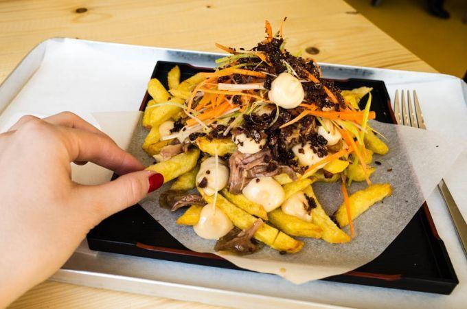 Pommes mit Peking Ente und Sauerkraut im Goldies in Kreuzberg | Mit Vergnügen Berlin